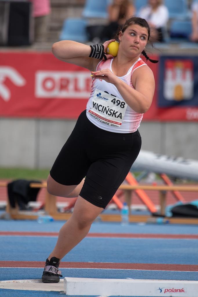 Anna Kicińska wykonuje pchnięcie kulą