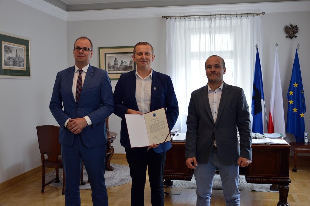 Wręczenie nagrody w gabinecie Prezydenta, na zdjęciu Rafał Paśko, Prezydent Wojciech Bakun i Przewodniczący Maciej Kamiński