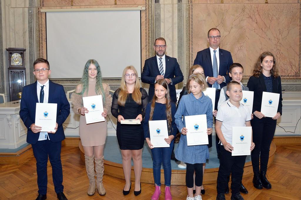 Wspólne zdjęcie Prezydenta i Zastępcy z nagrodzonymi uczniami z jednej ze szkół podstawowych