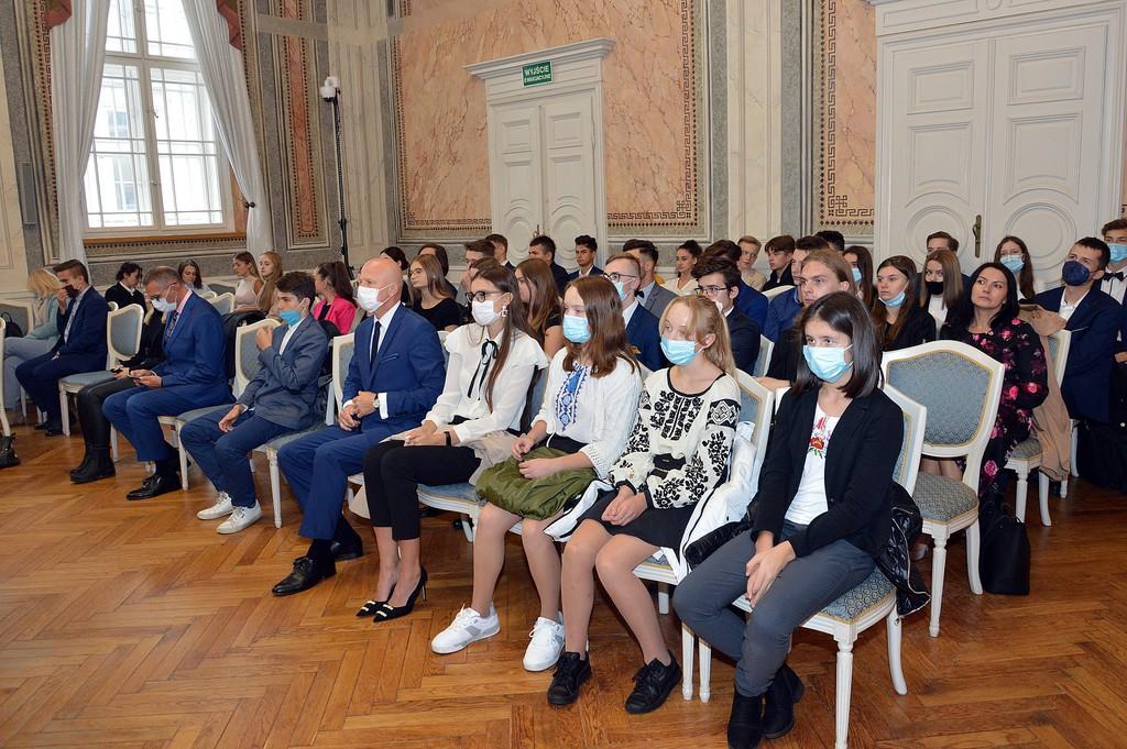 Nagrodzeni uczniowie szkół ponadpodstawowych zgromadzeni na sali narad Urzędu