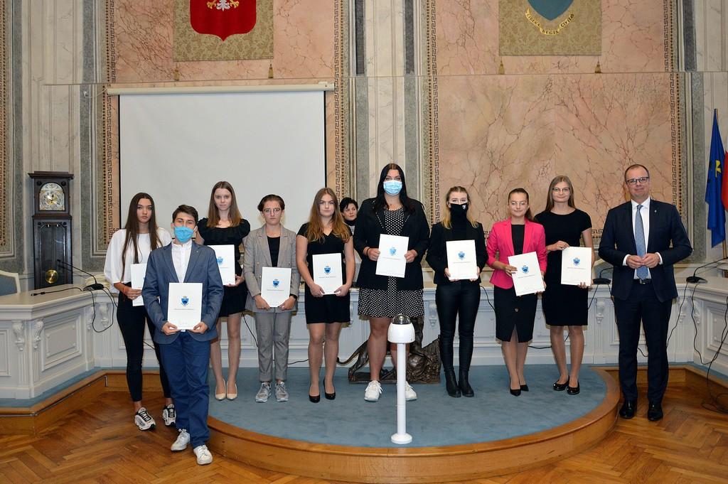 Wspólne zdjęcie Prezydenta z nagrodzonymi uczniami z jednej ze szkół ponadpodstawowych