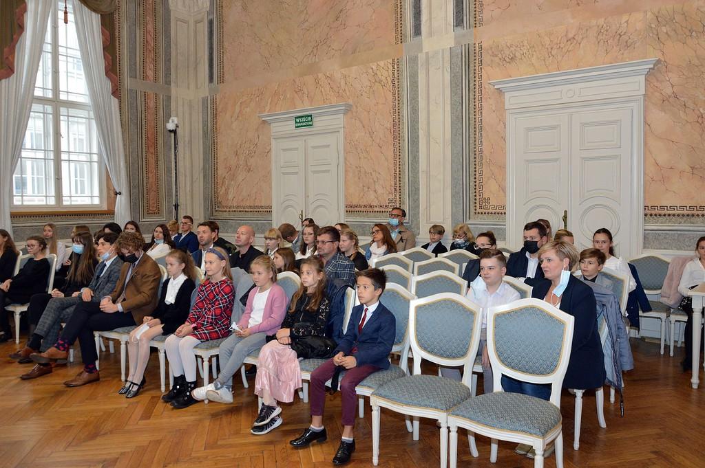 Nagrodzeni uczniowie szkół niepublicznych na sali narad Urzędu