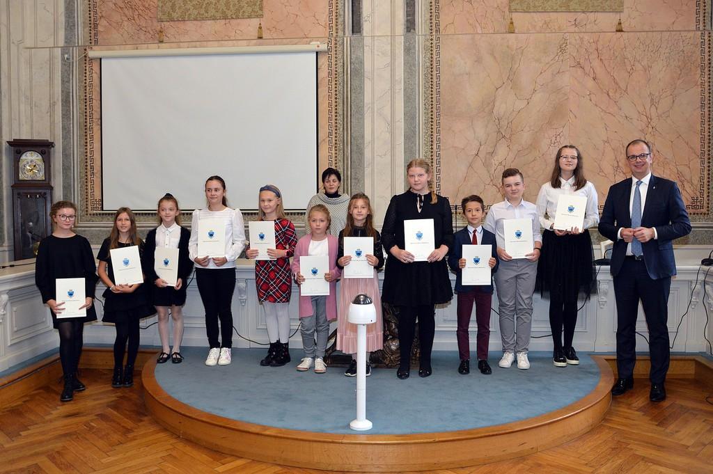 Wspólne zdjęcie Prezydenta z nagrodzonymi uczniami z jednej ze szkół