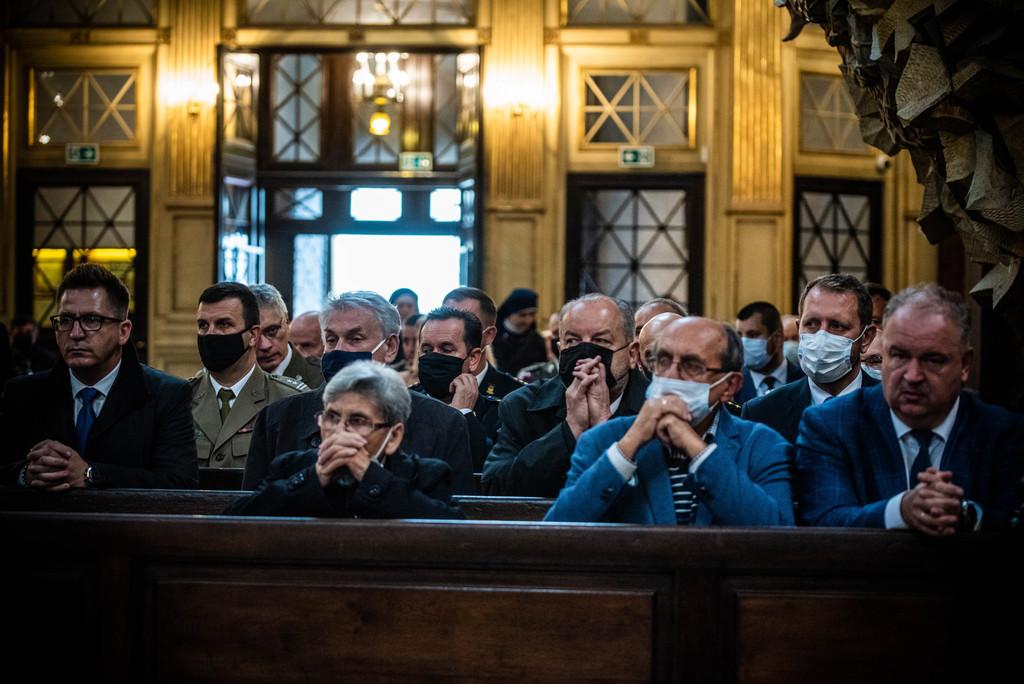 Uczestnicy Mszy świętej w kościelnych ławach
