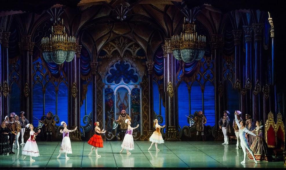 scena z baletu Jezioro Łabędzie - bogate wnętrze pałacu