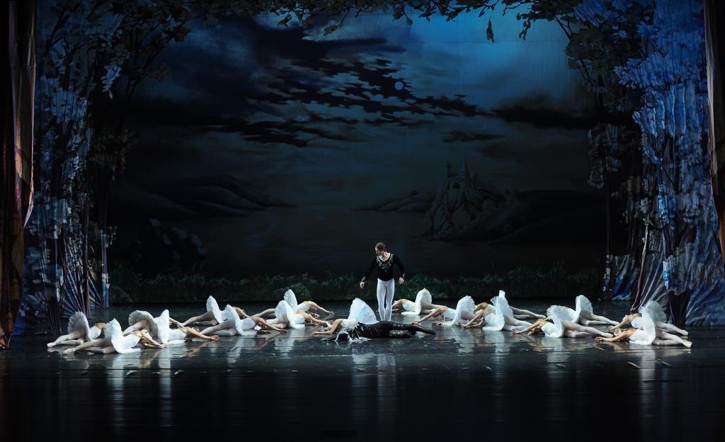 scena z baletu Jezioro Łabędzie