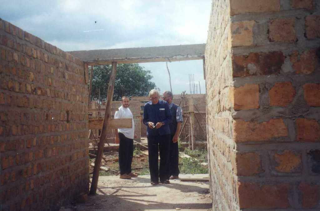 Rok 2001, początki budowy misji w Kakooge.