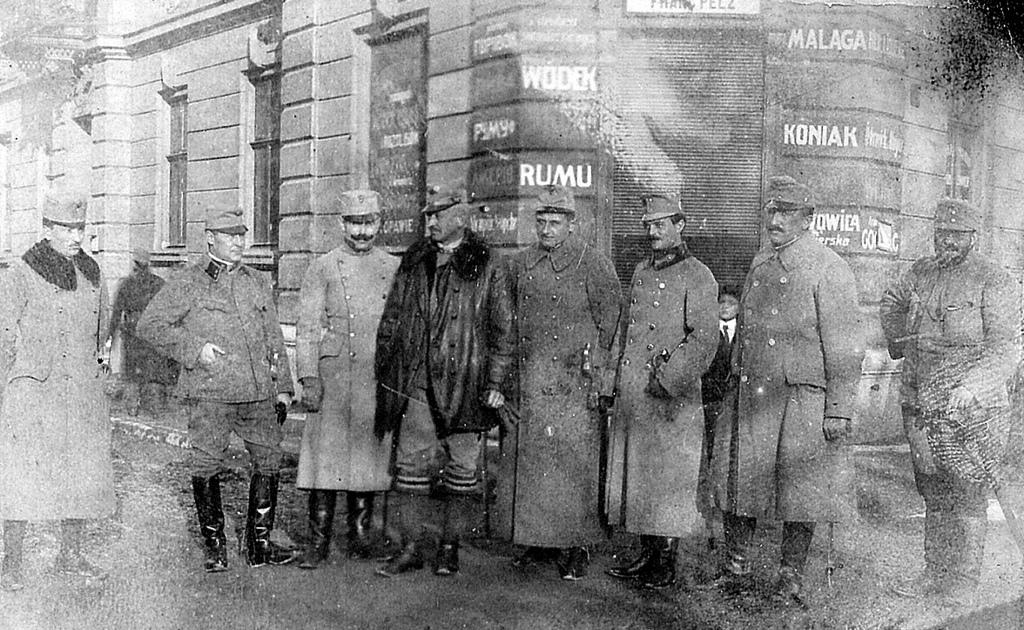 Oficerowie węgierscy przed sklepem w Przemyślu, fotografia z Archiwum Molnara wł.MNZP.jpeg