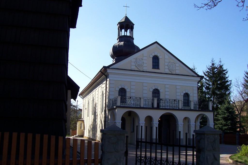 Kościół parafialny w Prałkowcach z łaskami słynącym obrazem Matki Bożej Zbaraskiej i nawiązującym.jpeg