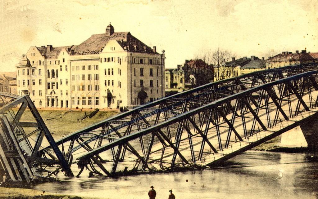 Zniszczony most drogowy na Sanie