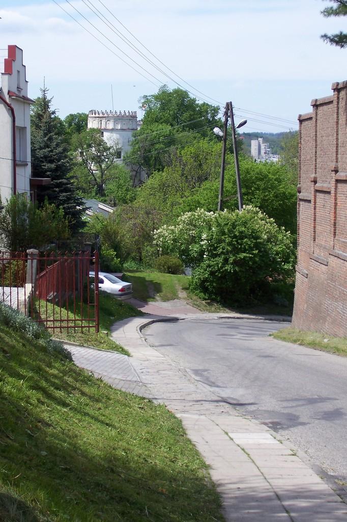 Ulica Tatarska. Po prawej widoczny odcinek muru odgradzajacego klasztor SS. Karmelitanek Bosych o.jpeg