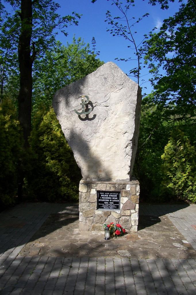 Obelisk ofiar hitleryzmu przy ulicy Armii Krajowej.jpeg