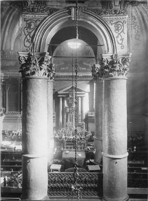 Stara Synagoga –wnętrze, na pierwszy na planie widoczna Bima na tle części ołtarzowej  Aaron Ha – Kodesz, fot. Ze zbiorów MNZP.jpeg