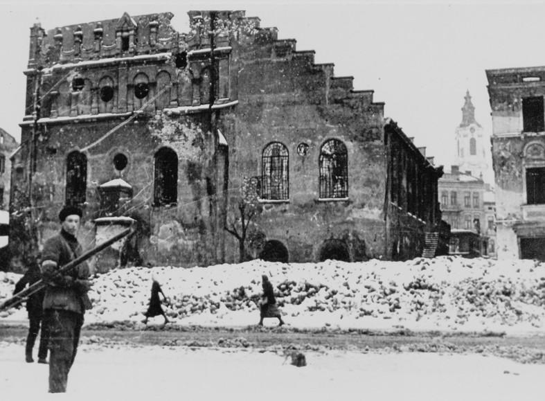 Zniszczona synagoga Tempel w trakcie walk sowiecko-niemieckich w czerwcu 1941 roku (budynek po lewej stronie) ze zbiorów MNZP.jpeg