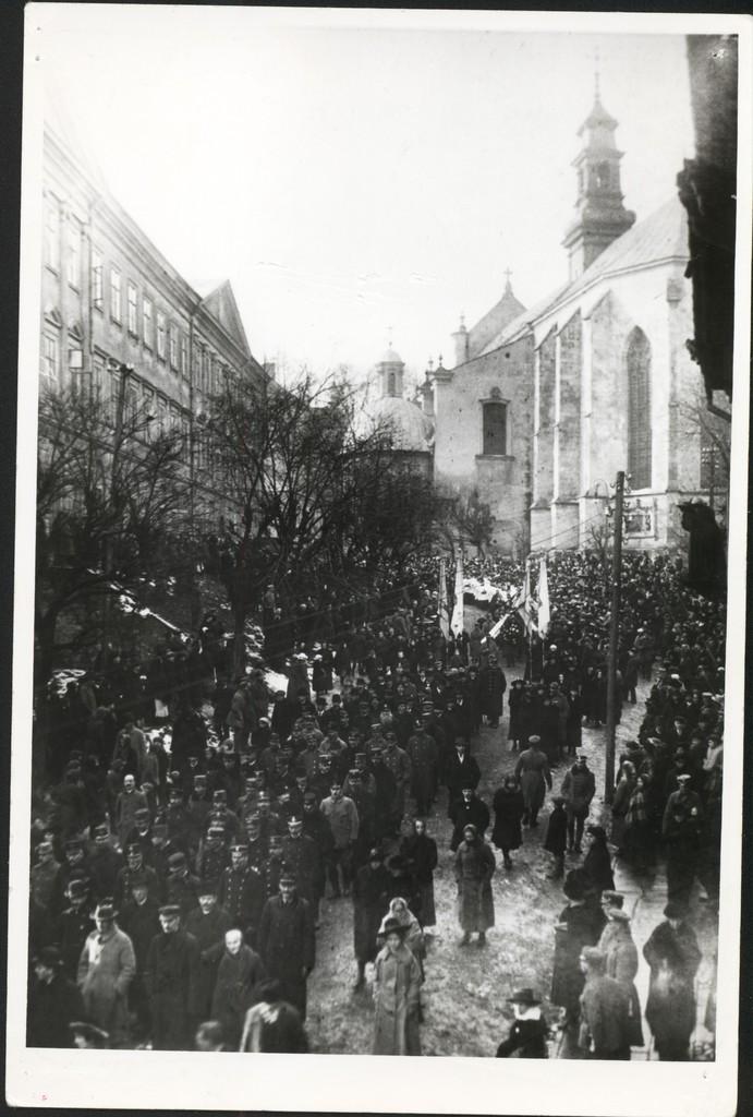"""02-Pogrzeb """"Orląt Przemyskich"""" poległych w bitwie pod Niżankowicami – 18 listopada 1918 r, fot. ze zbiorów MNZP."""