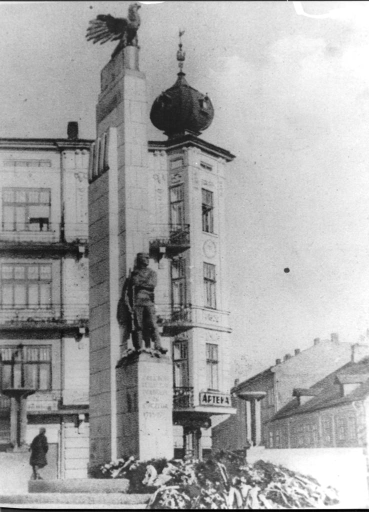 """Pomnik """"Orląt Przemyskich""""  w 1938 roku, fot. ze zbiorów MNZP."""