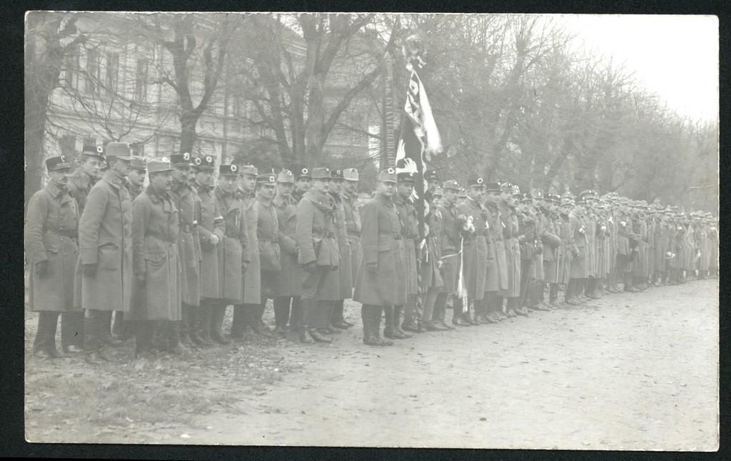 11-Oddziały przemyskie w pierwszych dnia listopada 1918 r, widoczne są biało-czerwone kokardki na czapkach oficerów i żołnierzy, fot. ze zbiorów MNZP.