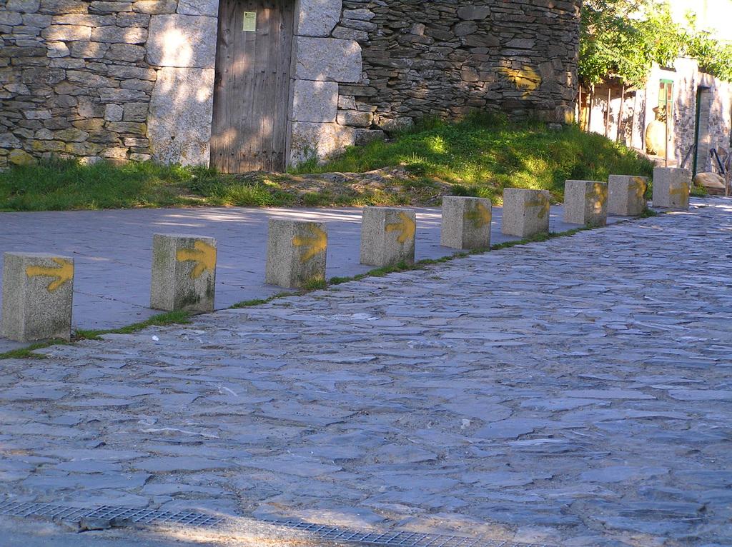 Droga św. Jakuba oznakowana przy pomocy żółtych strzałek..jpeg