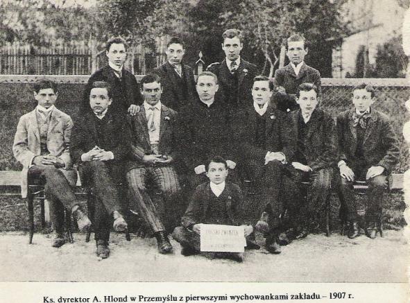 Ks. dyrektor A. Hlond w Przemyślu z pierwszymi wychowankami zakładu – 1907 r.