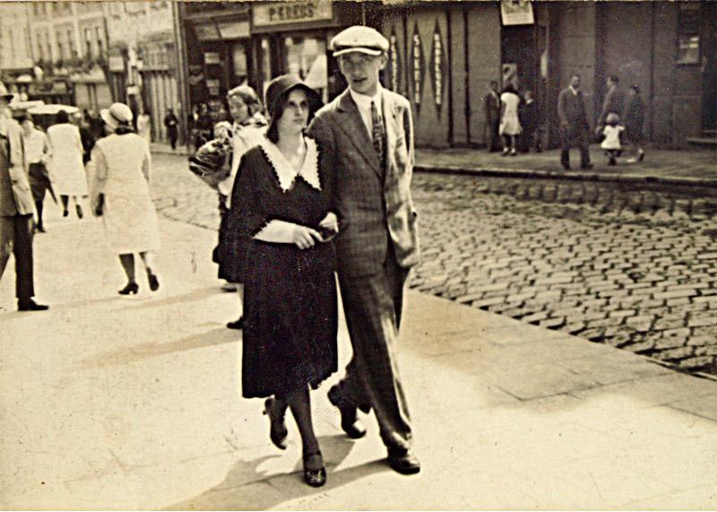 Janina Ziemiańska z d. Wałek z mężem Józefem , ul. Franciszkańska, Przemysl 1934.jpeg