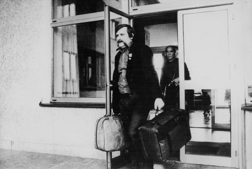 Lech Wałęsa opuszczający Arłamów.jpeg