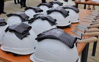 Kaski i rękawice przygotowane dla uczestników uroczystości