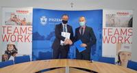 Prezydent i Dyrektor Finansowy rzeszowskiego oddziału firmy STRABAG Marcin Michalewicz ściskający sobie ręce z egzemplarzami umowy w sali narad Urzędu