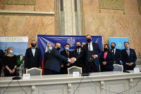 Uczestnicy spotkania w sali narad Urzędu. Prezydent Wojciech Bakun  i Wiceprezes Krajowego Zasobu Nieruchomości Michał Sroka ściskają sobie ręce
