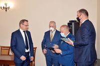 wręczenie nagród przez Prezydenta Wojciecha Bakuna oraz Starostę Jana Pączka