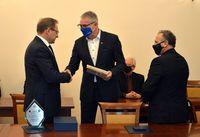 Poseł Marek Rząsa gratuluje doktorowi Włodzimierzowi Bodnarowi