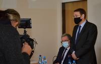 uczestnicy spotkania w sądzie przed kamerą