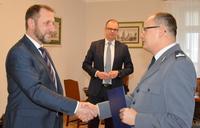 Zastępca Prezydenta Bogusław Świeży składa podziękowania Komendantowi Piotrowi Mazurowi. W tle Prezydent Wojciech Bakun