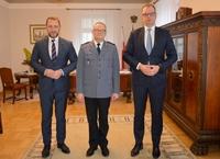 Komendant Piotr Mazur wraz z Prezydentem Wojciechem Bakunem i zastępcą Prezydenta Bogusławem Świeżym w gabinecie prezydenckim