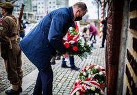 Prezydent Wojciech Bakun składa kwiaty przed pomnikiem Zesłańców Sybiru i Ofiar Katynia