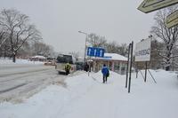 Odśnieżanie zatoki autobusowej na ulicy Jagiellońskiej