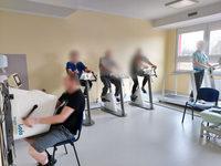 Grupa osób używająca sprzętu do rehabilitacji