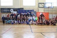 Wspólne zdjęcie w hali sportowej wszystkich drużyn biorących udział w turnieju