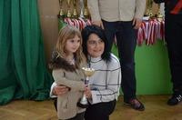 zdjęcie jednej z uczestniczek turnieju z pucharem i Joanną Szałajko