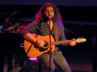 Szymon Piejski z gitarą