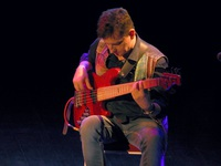 Łukasz Gorczyca z gitarą