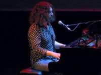 Szymon Piejski przy fortepianie