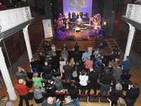 zespół Simple Music Team wraz z publicznością w sali widowiskowej Zamku Kazimierzowskiego