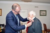 Wręczenie medalu za długoletnie pożycie Panu Romanowi Kruty