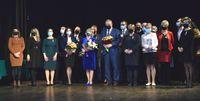 Wspólne zdjęcie nagrodzonych na scenie Zamku