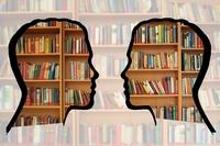 Grafika poglądowa - półki z książkami z zarysami twarzy zwróconych do siebie