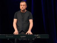 Czesław Mozil na scenie Zamku Kazimierzowskiego przy pianinie