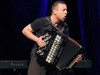 Czesław Mozil na scenie Zamku Kazimierzowskiego z akordeonem