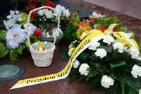 wieniec z napisem Prezydent Miasta Przemyśla ze wstęgą w kolorach papieskich