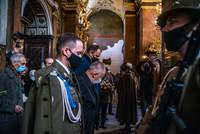 Prezydent Wojciech Bakun i członkowie innych delegacji w trakcie Mszy Świętej w kościele Karmelitów