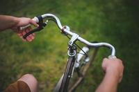 zdjęcie: dłonie oparte na kierownicy rowerowej